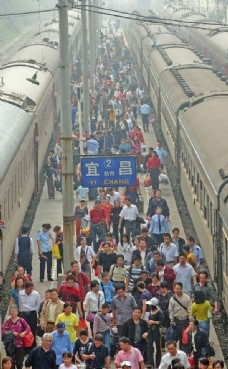 黄金周接近尾声 中国铁路迎来返程客流高峰